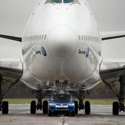 Cars - Volkswagen Touareg V10 TDI VS Boeing 747 - iPad iPhone HD Wallpaper Free