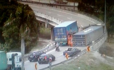 Container lorry overturns at NKVE, spills cargo and oil, triggers traffic jam | New Straits ...