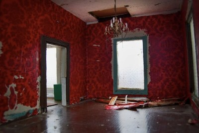 Red Wallpaper in Living Room | Rehabbing an old house from t… | Flickr