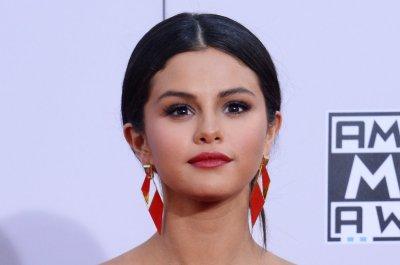 Selena Gomez goes topless for V magazine cover - UPI.com