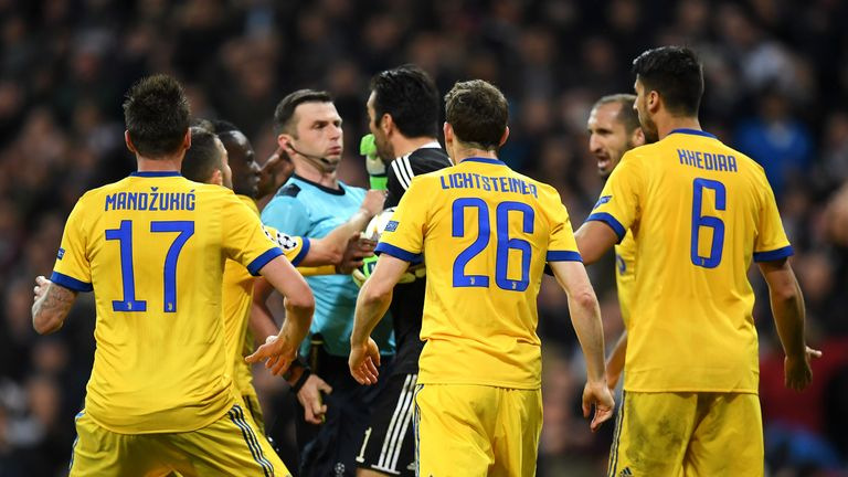 R Madrid 1   3 Juventus   Match Report   Highlights Michael Oliver is surrounded by Juventus players after the penalty award