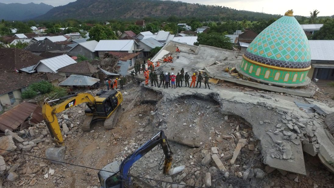 Lombok earthquake: Number killed on Indonesia tourist island rises to 319