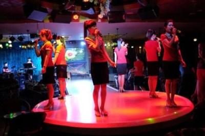 Un grupo femenino norcoreano interpreta canciones comunistas en China