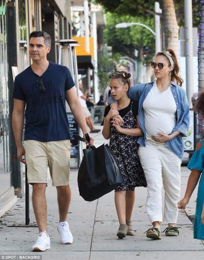 Pregnant Jessica Alba kisses Cash Warren while shopping ...