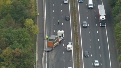 M4 crash: Two dead and six injured in minibus and lorry collision - BBC News