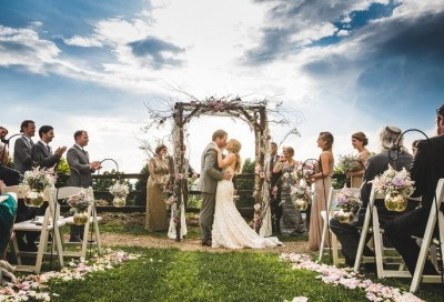 Steps to Pull Off an Appropriate Wedding First Kiss ...