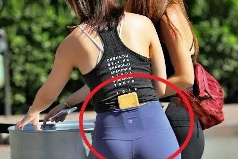 搞笑GIF:妹子,你裤子这样放手机是谁教的,也太尴尬了