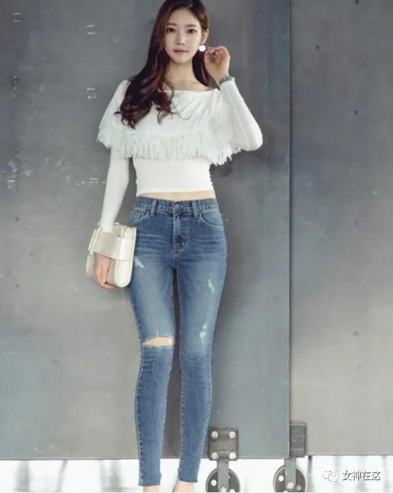 萌妹子:自由美搭的牛仔裤女孩,穿出精巧秀气的身姿,好看又迷人!