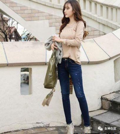 萌妹子:光彩耀人的牛仔裤女孩,穿出干练气质,在细节中彰显美!