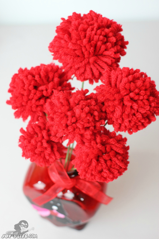 How to Make Pom Pom Flowers at www.joyslife.com