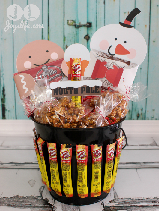 North Pole Gift Basket and Gingerbread Popcorn Recipe #EasyGifts #shop #MyKindofHoliday #cbias #popcorn #HotChocolate