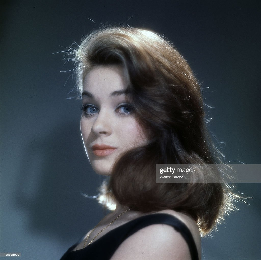 Genevieve Grad Poses In Studio Pictures   Getty Images Genevieve Grad Poses In Studio  Portrait de Genevi    ve GRAD  portant un haut  noir sans