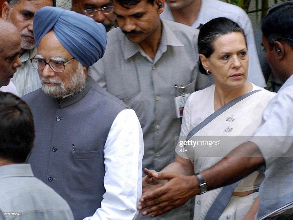 Mourners Attend Veteran Bollywood Actor Sunil Dutt Funeral Photos     Indian Prime Minister Manmohan Singh  L  and Congress Party president Sonia  Gandhi  2R
