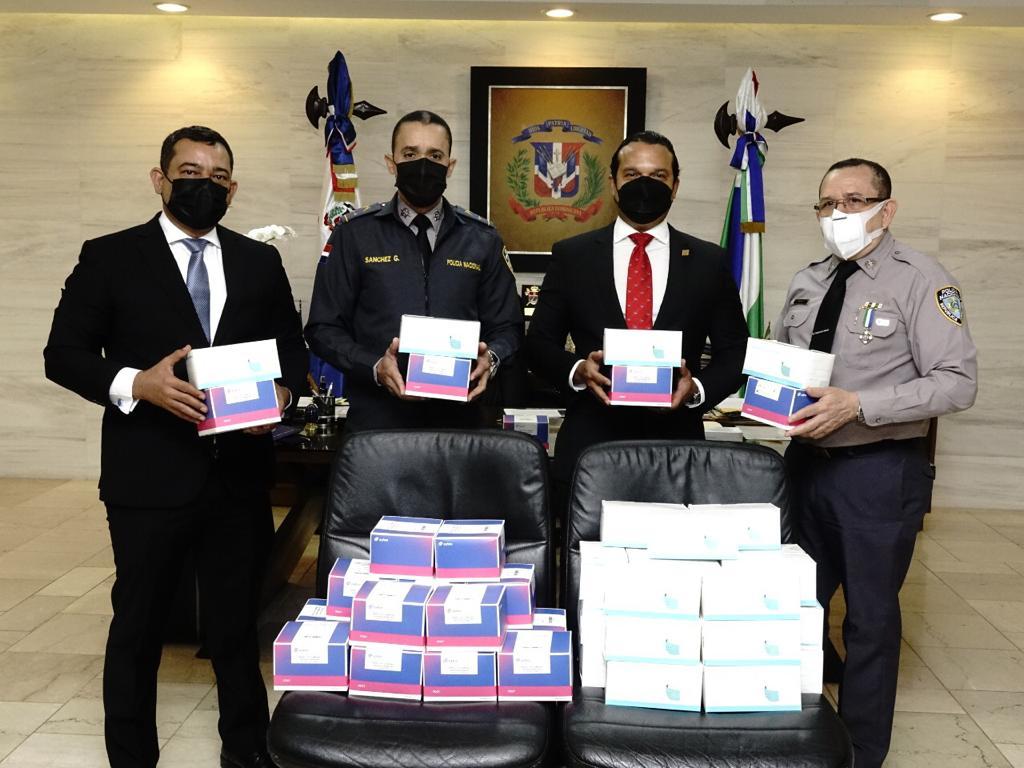 Banreservas dona a la Policía Nacional 10 mil pruebas PCR y cinco mil mascarillas