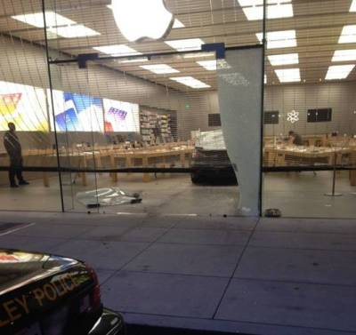 SMASH AND GRAB iThieves run car through front of Berkeley's Apple Store • The Register