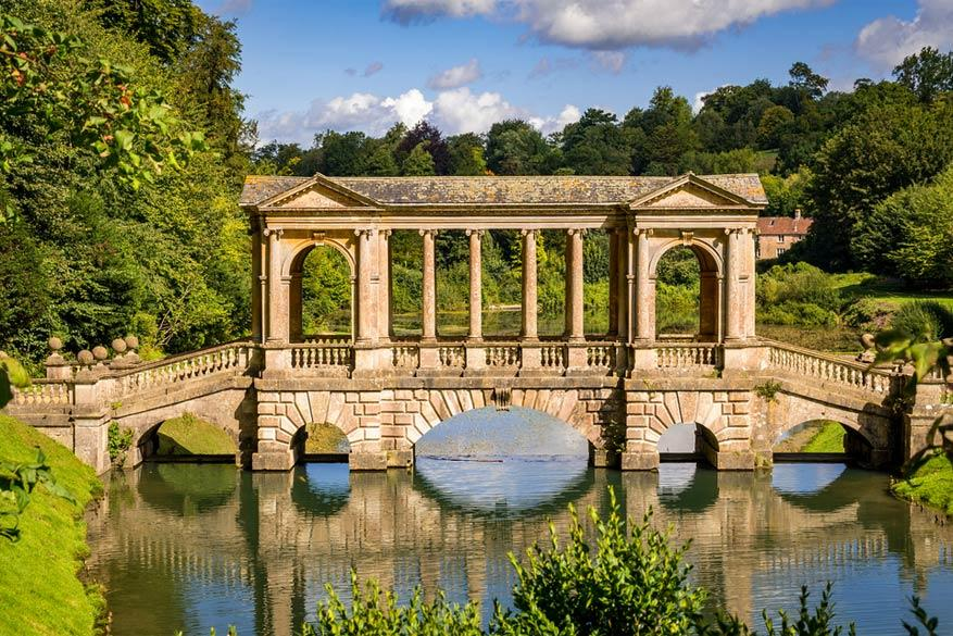 Bath: de Palladian Bridge in de Prior Park Landscape Garden. © Larry Van Howe