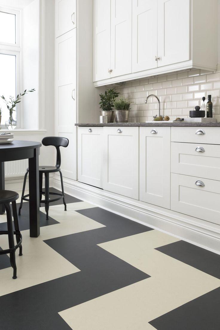 painted vinyl floors kitchen vinyl flooring Forbo Flooring har kolleksjonen Marmoleum Click Her i svart og hvitt sikksakk m nster www Modern Retro KitchenRetro KitchensPainted Vinyl