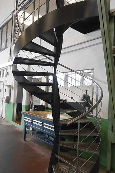 Escalera metálica de caracol, con diseño industrial. #escaleras #caracol #espiral #acero # ...