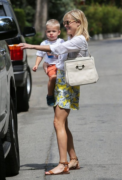 Reese Witherspoon Takes Tennessee to Baby Class in Her Toyota Sequia     21 photos  Reese Witherspoon