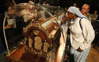 Relics of St Therese of Lisieux arrive at Westminster Cathedral - Telegraph