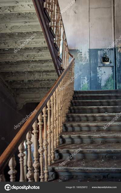 Oude trappen in verlaten gebouw — Stockfoto © Birute #160525872