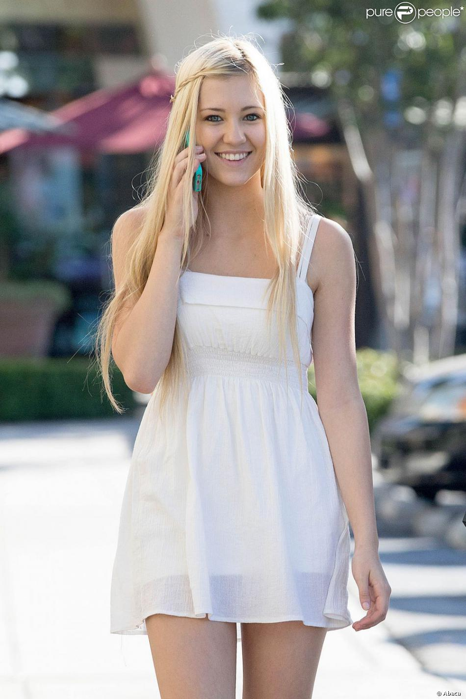 Ava Sambora   Copie conforme de sa m    re Heather Locklear  elle a     Ava Sambora  la fille d Heather Locklear  dans les rues de Calabasas
