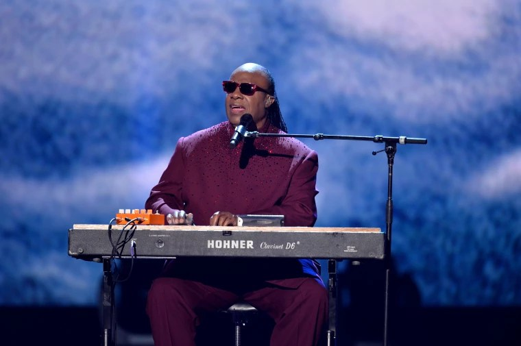 Stevie Wonder performed the national anthem on his knees   The FADER Stevie Wonder performed the national anthem on his knees