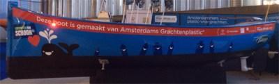 Op plastic vissen met boot van gerecycled Amsterdams grachtenplastic - Change Magazine