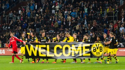 Will English football fans welcome refugees with banners? – Channel 4 News