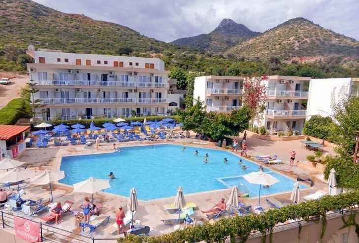 дети плаваю в бассейне отеля Atali Grand Resort Греции для отдыха с детьми Греция с детьми ТОП-17 лучших отелей Греции для отдыха с детьми atali