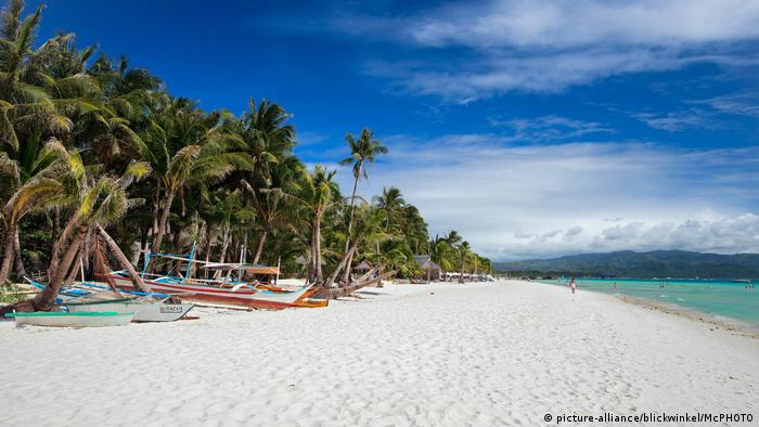 Business vs  environment     Philippines    Boracay Island faces closure     Philippine s Boracay island  picture alliance blickwinkel McPHOTO