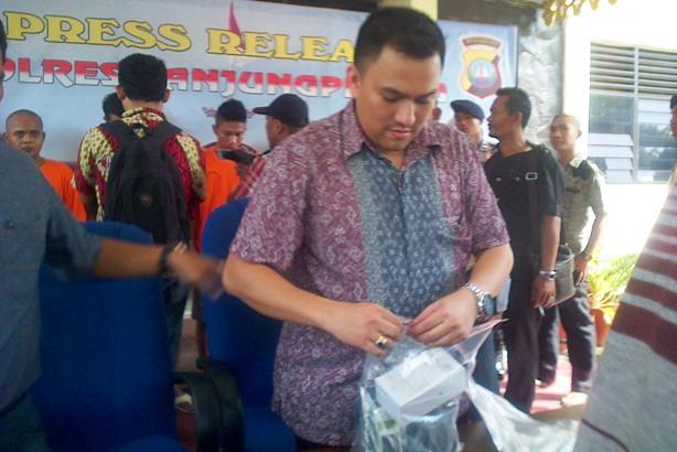 Kasat Reskrim Polres Tanjungpinang, AKP Reza saat memegang barang bukti curian. Foto Ian