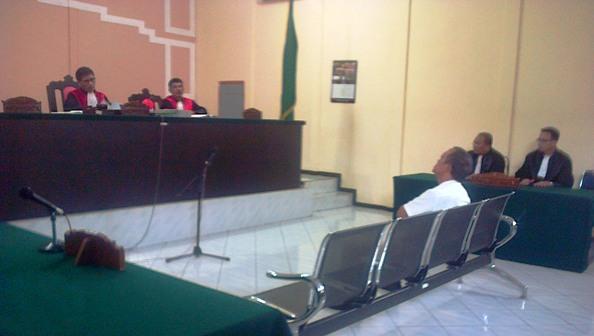 Terdakwa Raja Amirullah saat mendengarkan pembacaan putusannya di Pengadilan Tipikor Tanjungpinang, Foto ALPIAN TANJUNG