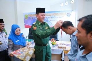 Wakil Wali Kota saat mengalungkan bunga kepada salah seorang Sopir Angkot