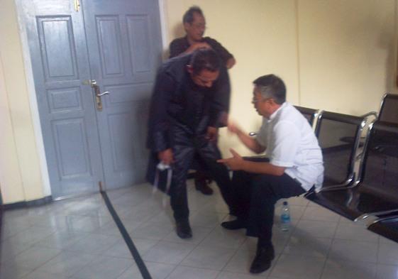 terdakwa Idit saat berbincang dengan penasehat hukumnya. Foto ALPIAN TANJUNG