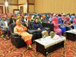 Hj. Aisyah Sani bersama para tamu undangan pada acara Halal Bihalal