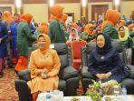 Ketua PKK Kepri, Hj. Aisyah Sani bersama Dra. Hj. Rekaveny Soerya Respationo saat acara halal bihalal