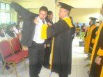 Ketua STTI Tanjungpinang saat memakaikan Almamater kepada salah seorang mahasiswa barunya. Foto ALPIAN TANJUNG