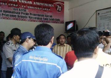Massa Datangi Kantor KPU Kepri. Foto RAMDAN