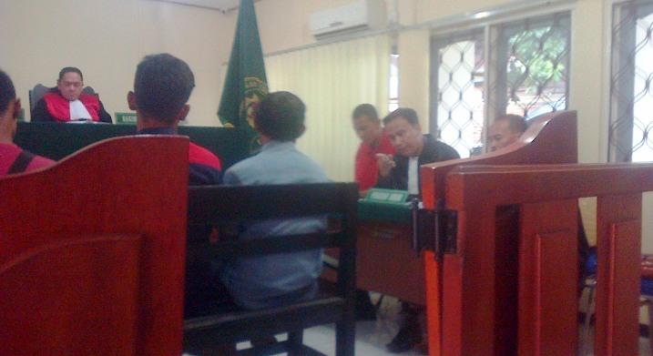 Penasehat Hukum terdakwa penggelapan uang perusahaan, Yeffi Zalmana SH saat meminta keterangan saksi. Foto ALPIAN TANJUNG
