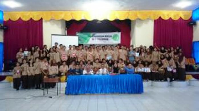 Pelajar SMKN 1 Tanjungpinang saar foto bersama BPJS Ketenagakerjaan