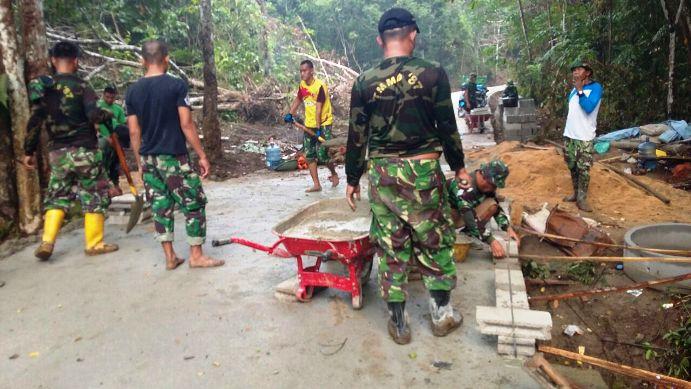 Personil TMMD saat mengerjakan semenisasi Jalan di Kampung Bugis