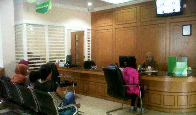 Peserta BPJS sedang antri di kantor. Foto AFRIZAL