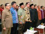 Lis bersama kepala daerah lainnya saat menyanyikan lagu Indonesia Raya