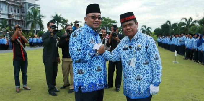 Lis saat salam Komando dengan Ketua KORPRI Tanjungpinang, Tengku Dahlan