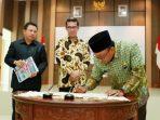 Lis saat tandatangani laporan