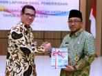 Lis salam komando dengan Kepala BPK Perwakilan Kepri usai menerima penghargaan