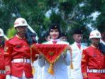 Petugas Pasibraka saat membawa bendera Merah Putih