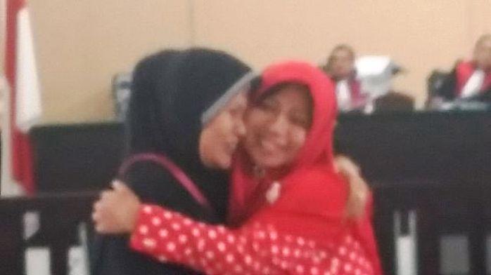 Terdakwa Andi Sarima (Jilbab Merah) tarsenyum usai mendengar putusannya di PN Tanjungpinang