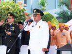 Wali Kota Tanjungpinang, Lis Darmansyah saat memberikan penghormatan pada Upacara HUT RI ke 70